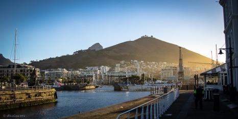 Cape Town vista dal Waterfront, sullo sfondo la Signal Hill e a sinistra la Lion's Head