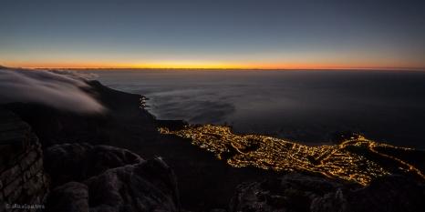Tramonto sull Oceano Atlantico visto dalla Table Mountain, sullo sfondo Camps bay