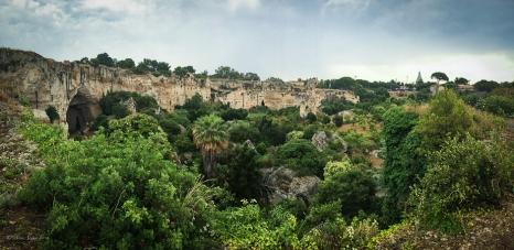 L'orecchio di Dioniso e la fitta vegetazione che cresce in questa cava depressa
