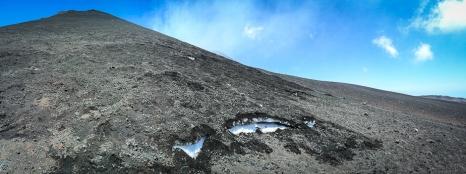 Neve e fuoco, nonostante il terreno sia caldo la neve invernale resiste in quota!!
