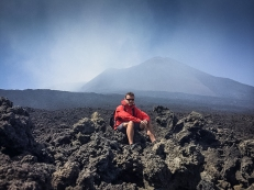 Il punto più alto che sono riuscito a raggiungere, alle mie spalle il cratere di sud-est fuma ancora copiosamente.
