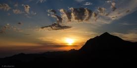 Il sole cala dietro il gruppo delle Panie