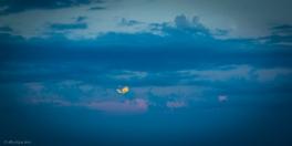 In perfetta contrapposizione la luna sorge da sud-est gigante