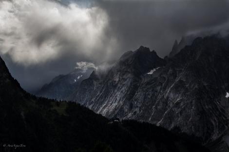 Il Monte Bianco in direzione della Val Veny nascosto da minacciose nubi.