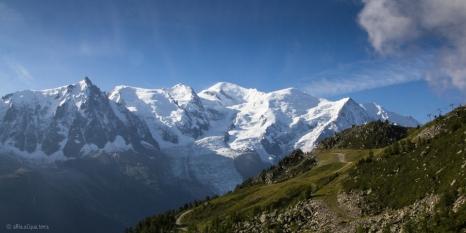 Il massiccio principale con la cima del Monte bianco, innevata di fresco dalla tempesta nella notte