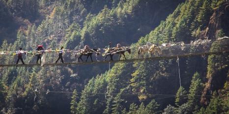 Gli alti ponti tibetani nella parte inferiore della valle del Khumbu